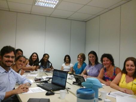 Na esquerda (na frente), Aristides Oliveira (MS); na direita (a partir da ponta): Dra. Maria Goretti Maciel e Dra. Julieta Fripp (ANCP), Patricia Chieiri (MS) e Dra. Cláudia Naylor (INCA).